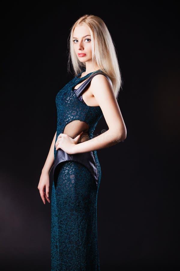Mulher bonita na pose clássica preta do vestido fotos de stock royalty free