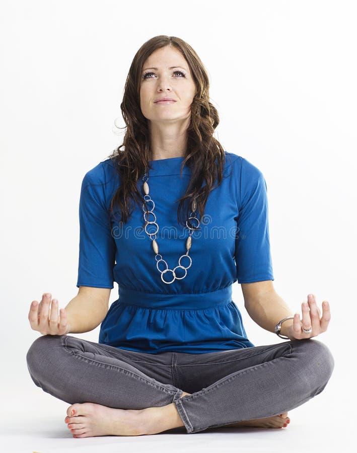 Mulher bonita na posição da ioga imagem de stock