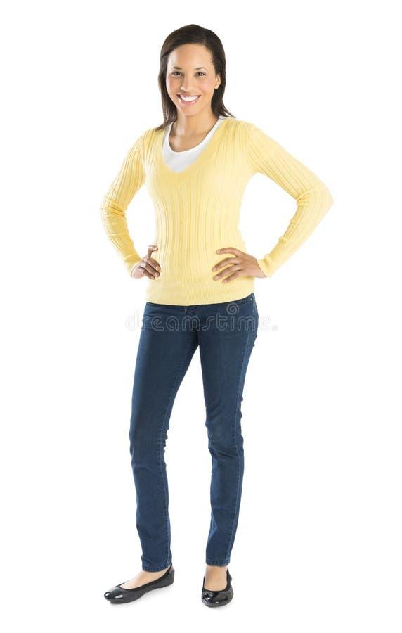 Mulher bonita na posição ocasional com mãos nos quadris foto de stock