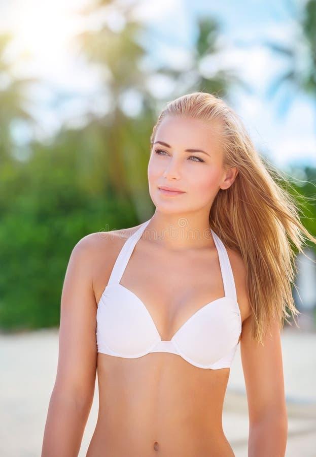 Mulher bonita na praia fotografia de stock royalty free