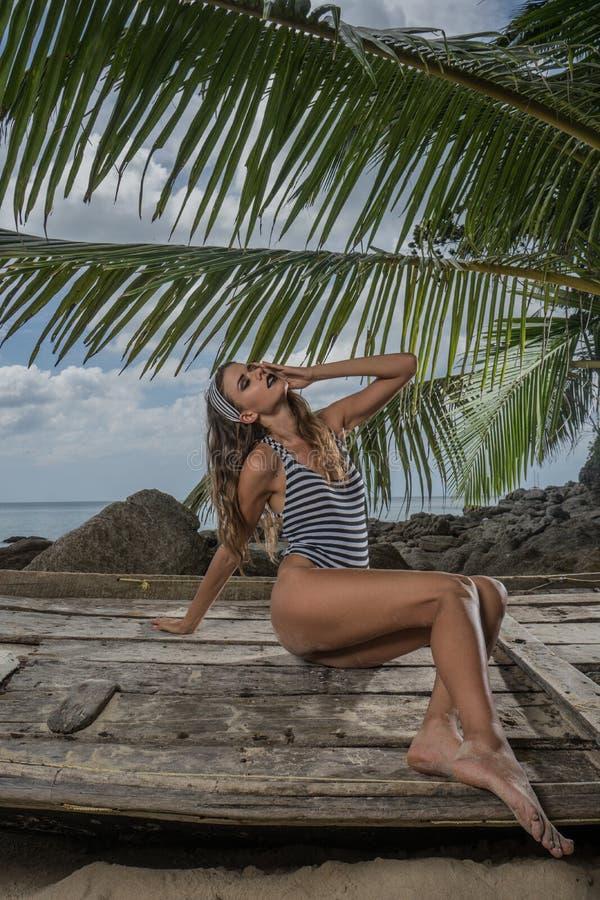Mulher bonita na praia imagem de stock