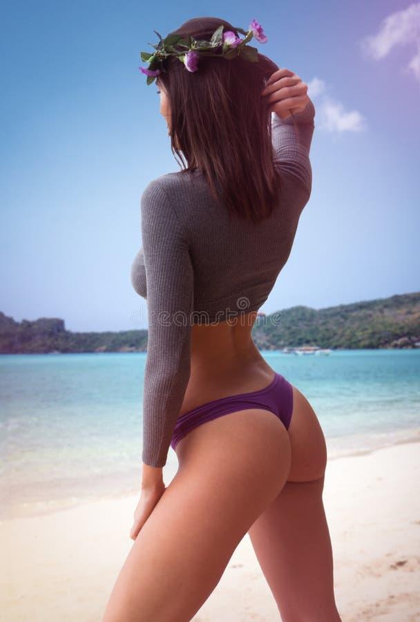 Mulher bonita na praia fotos de stock