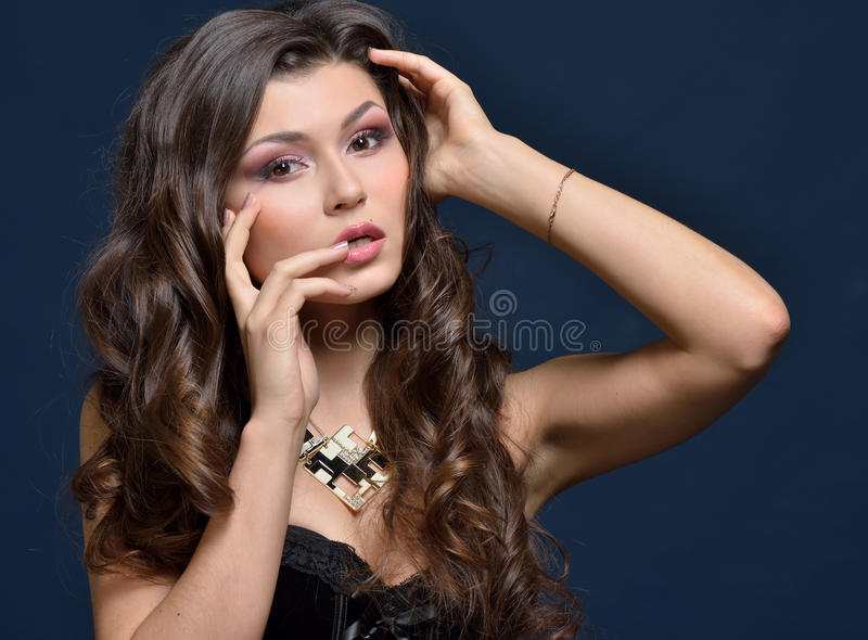 Mulher bonita na roupa interior preta foto de stock royalty free