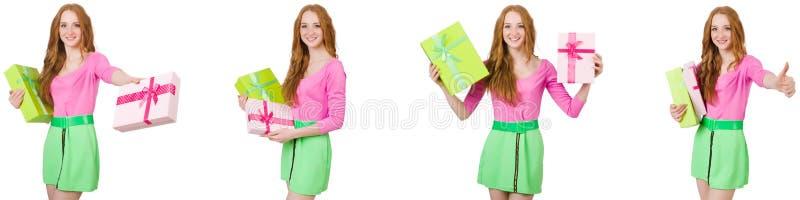 A mulher bonita na saia verde com giftbox foto de stock royalty free