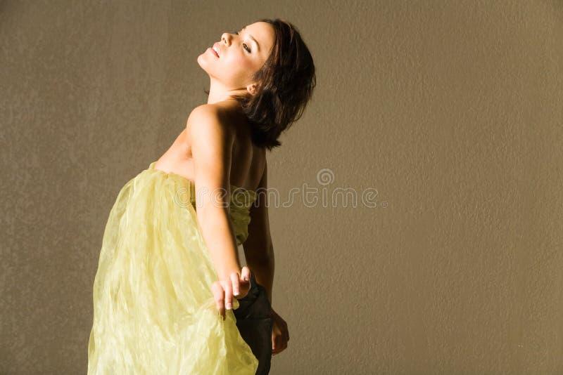 Mulher bonita na seda fotografia de stock