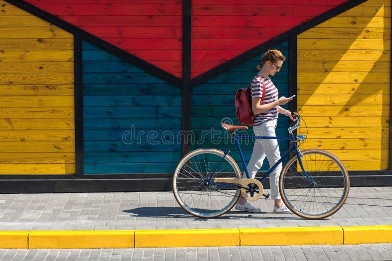 Mulher bonita nas calças de brim com bike10 imagens de stock royalty free