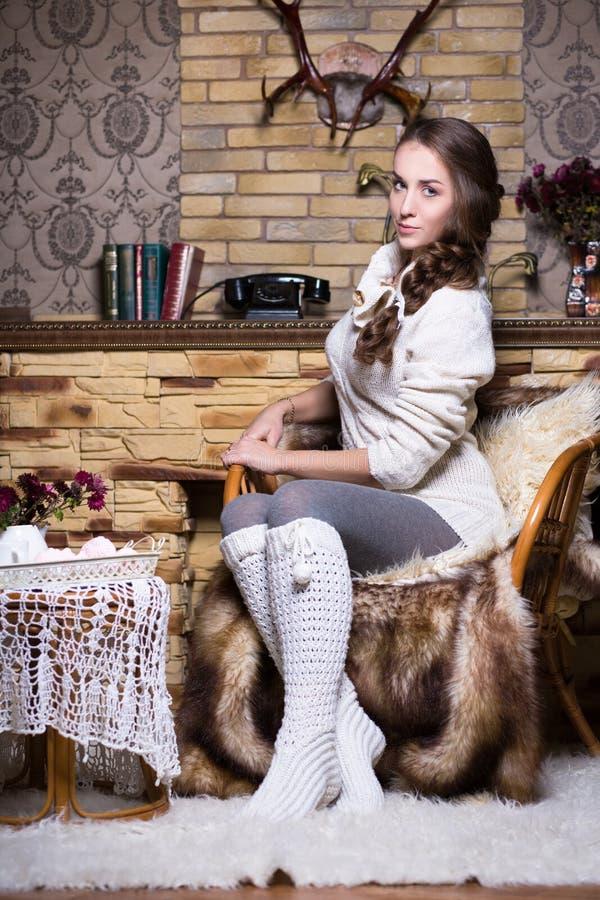 Mulher bonita nas meias brancas fotos de stock