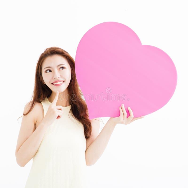 Mulher bonita no amor e em guardar a forma do coração foto de stock royalty free