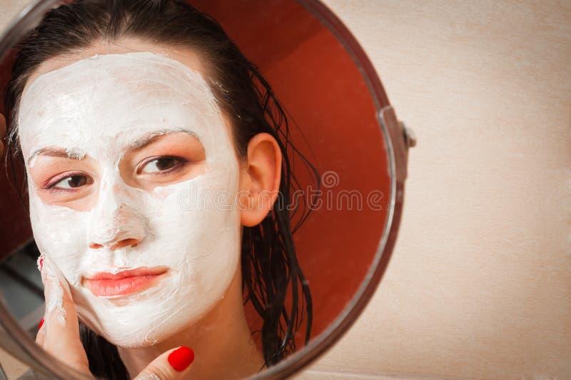 Mulher bonita no banheiro imagens de stock