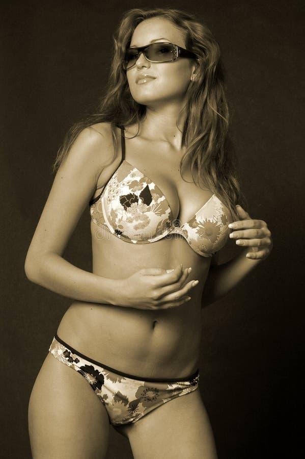 Mulher bonita no biquini imagem de stock