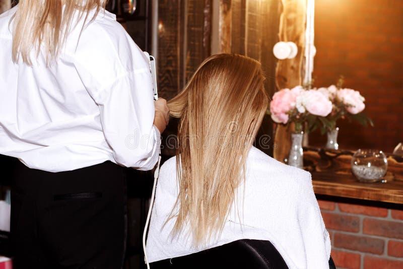 Mulher bonita no cabeleireiro fotos de stock