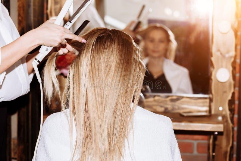 Mulher bonita no cabeleireiro imagens de stock