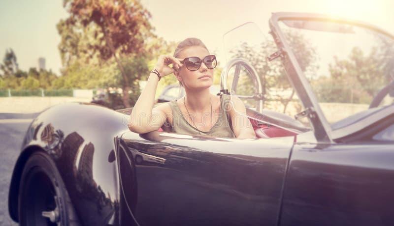 Mulher bonita no cabriolet fotos de stock royalty free