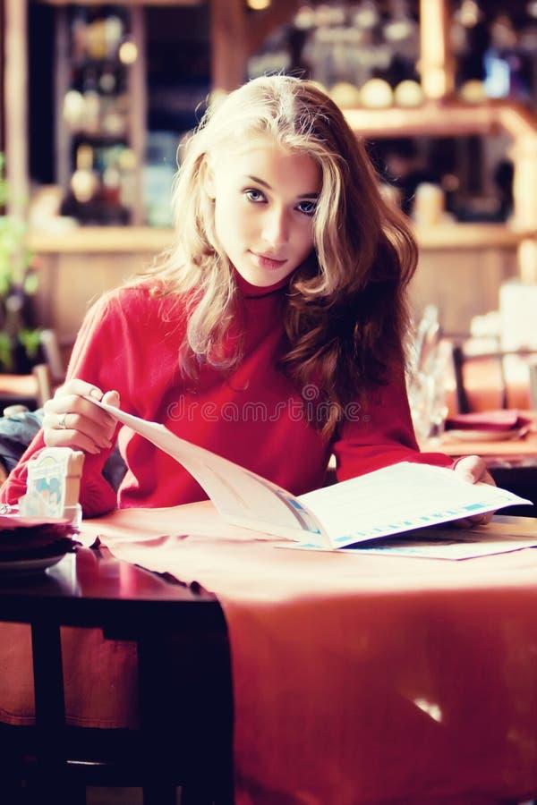 Mulher bonita no café imagem de stock royalty free