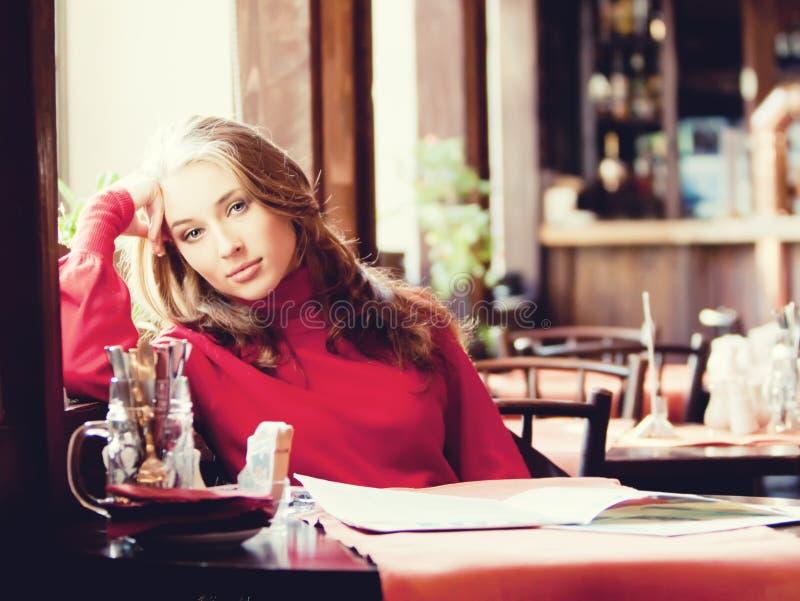 Mulher bonita no café imagens de stock royalty free