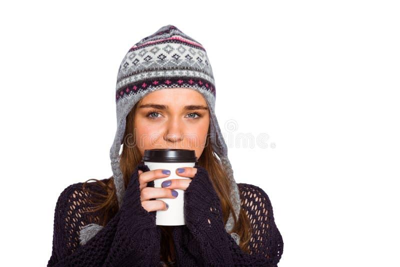 Mulher bonita no café bebendo da roupa morna fotografia de stock royalty free