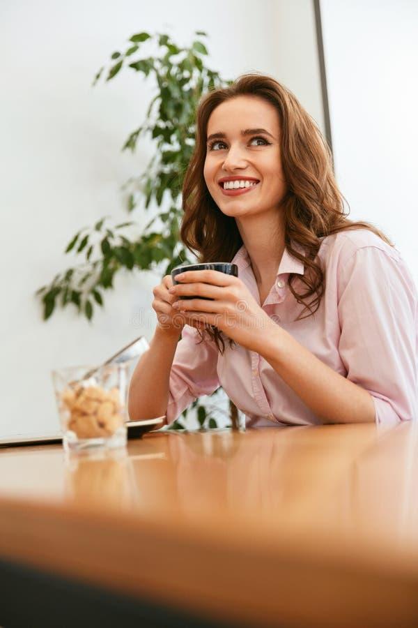 Mulher bonita no café bebendo do café imagens de stock royalty free