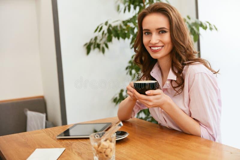 Mulher bonita no café bebendo do café imagem de stock royalty free