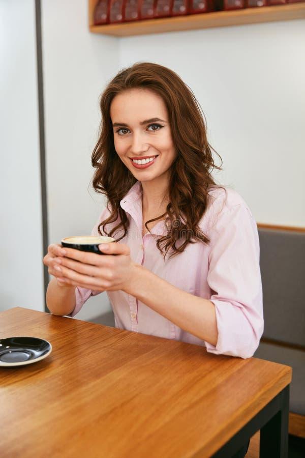 Mulher bonita no café bebendo do café fotografia de stock