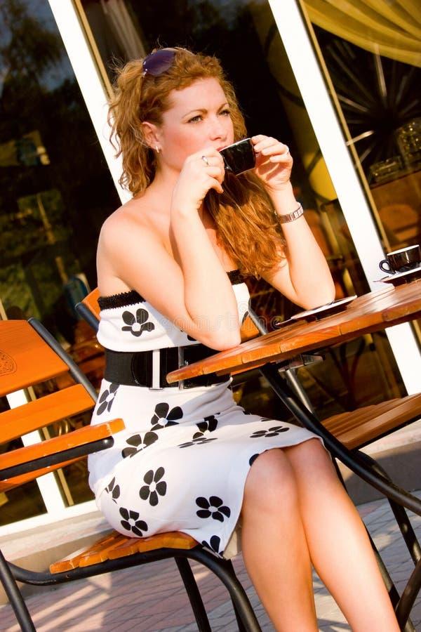 Mulher bonita no café da rua foto de stock royalty free