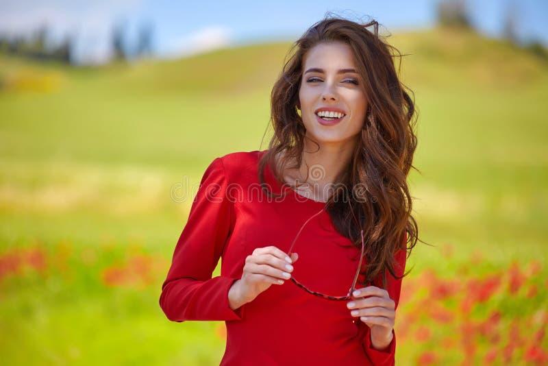 mulher bonita no campo de cereal no verão fotos de stock