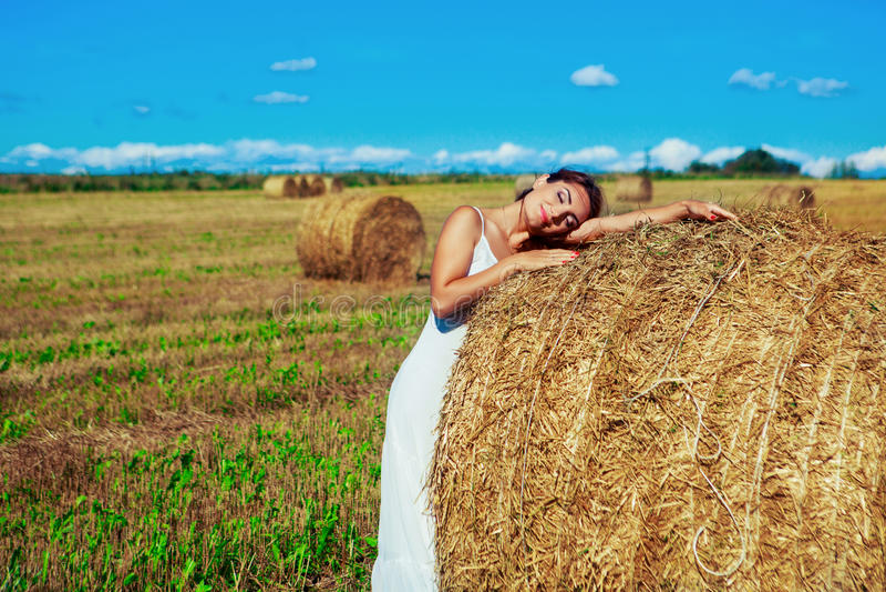 Mulher bonita no campo de trigo fotografia de stock royalty free