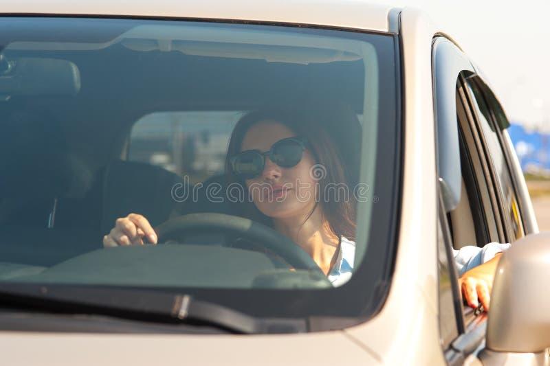 Mulher bonita no carro fotos de stock royalty free