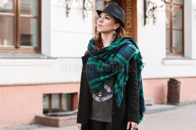 Mulher bonita no casaco preto que olha acima Lenço bonito grande fotografia de stock