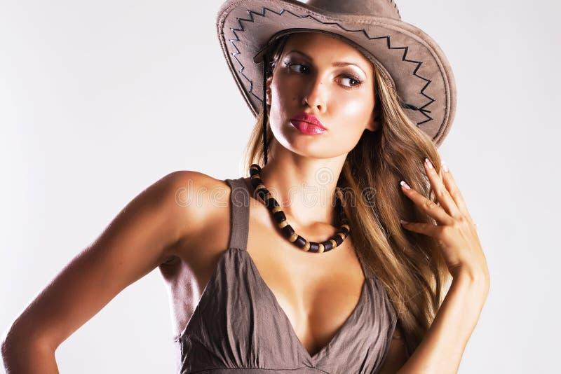 Mulher bonita no chapéu de cowboy fotografia de stock