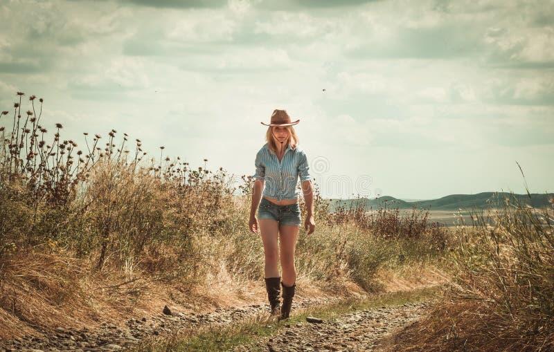 Mulher bonita no chapéu de cowboy imagens de stock