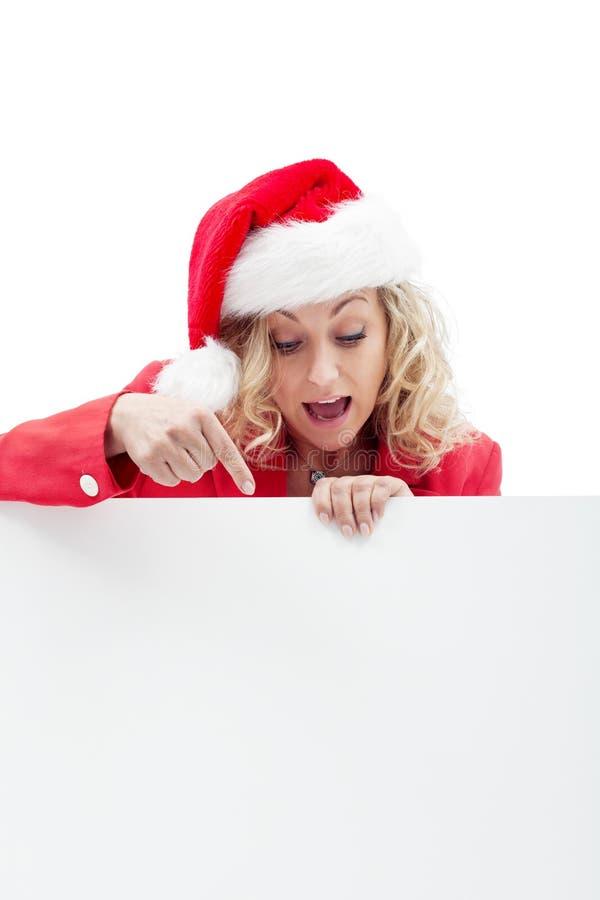 Mulher bonita no chapéu de Santa com uma placa de mensagem imagens de stock royalty free