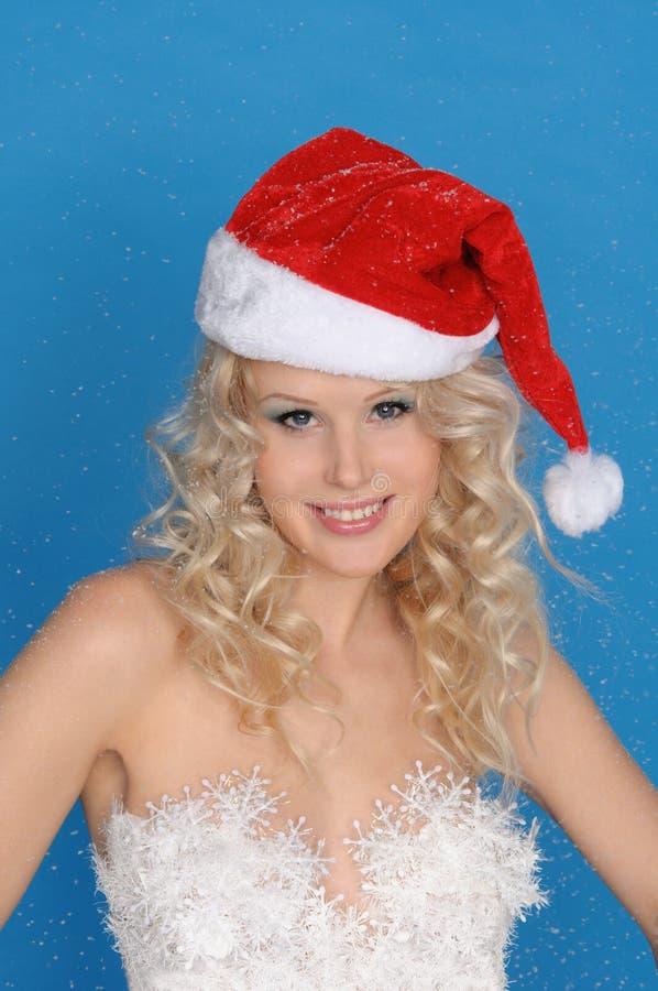 Mulher bonita no chapéu do Natal na neve fotos de stock