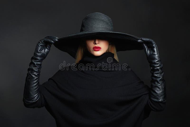 Mulher bonita no chapéu e nas luvas de couro Bruxa de Halloween foto de stock royalty free