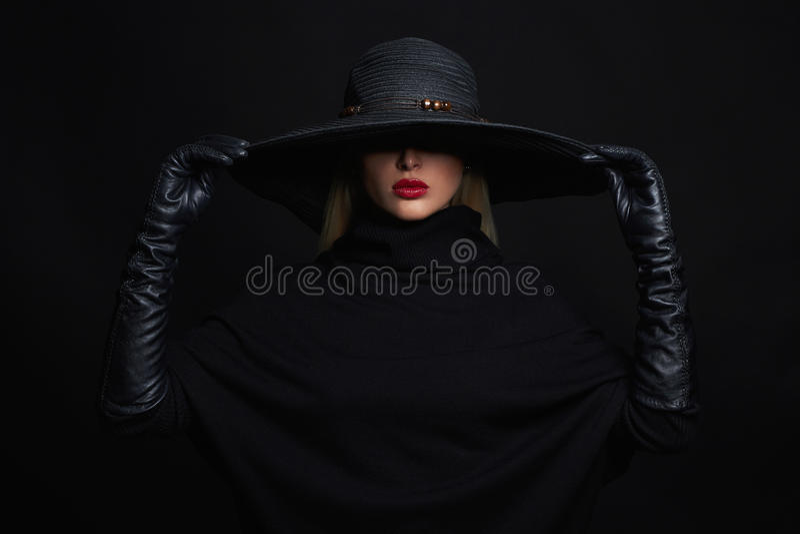 Mulher bonita no chapéu e nas luvas de couro Bruxa de Halloween fotografia de stock