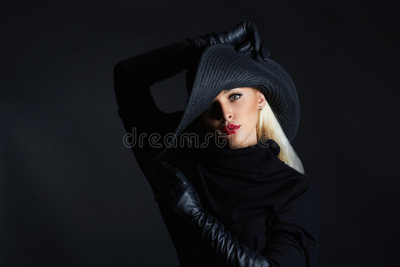 Mulher bonita no chapéu e nas luvas de couro Menina retro do modelo de forma Bruxa de Halloween imagem de stock royalty free