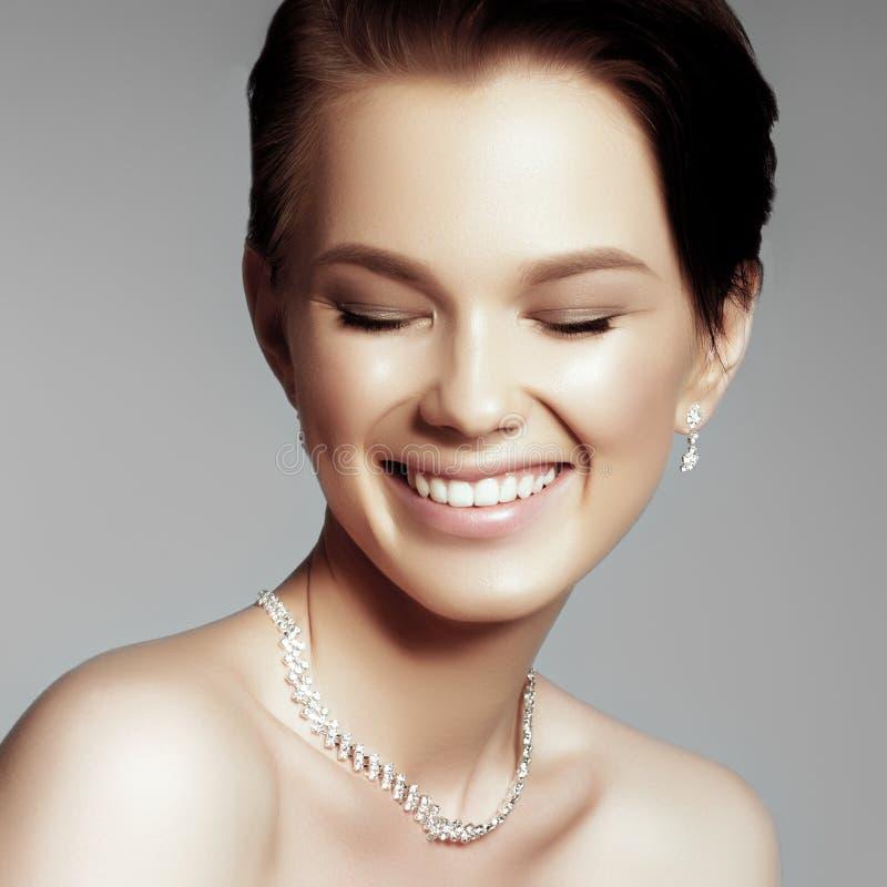 A mulher bonita no close-up caro do pendente imagem de stock