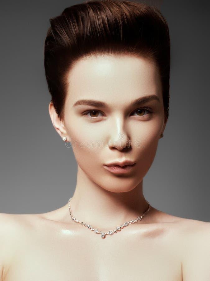 A mulher bonita no close-up caro do pendente foto de stock royalty free