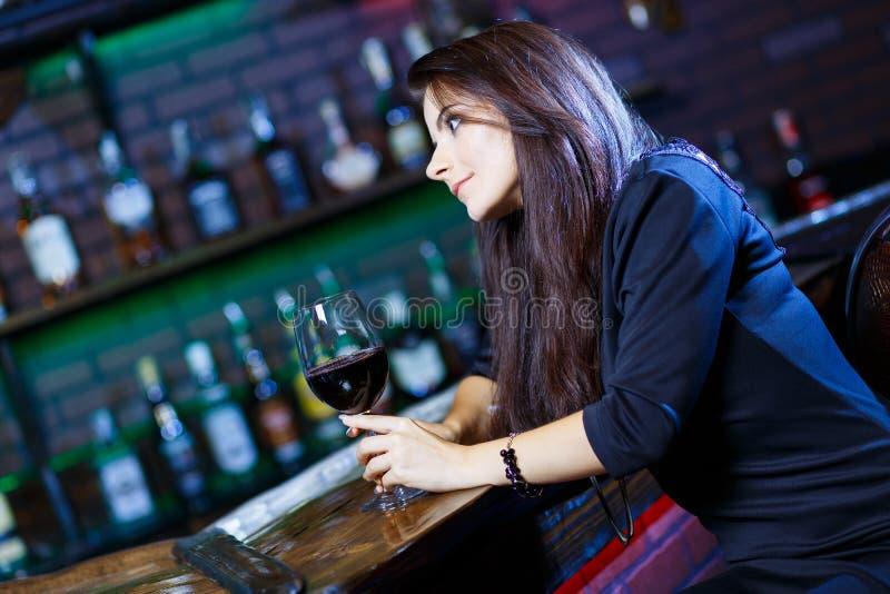 Mulher bonita no clube noturno imagens de stock royalty free