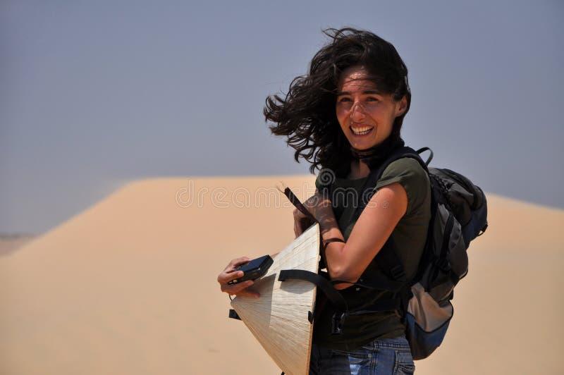 Mulher no deserto, Vietnam fotos de stock royalty free