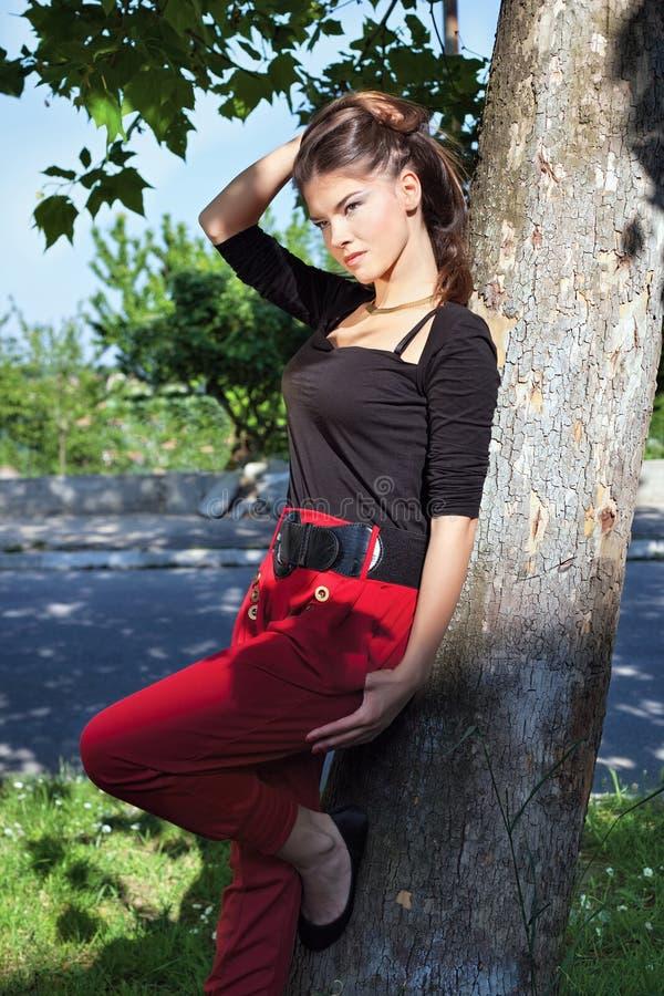 Mulher bonita no dia ensolarado no parque foto de stock royalty free