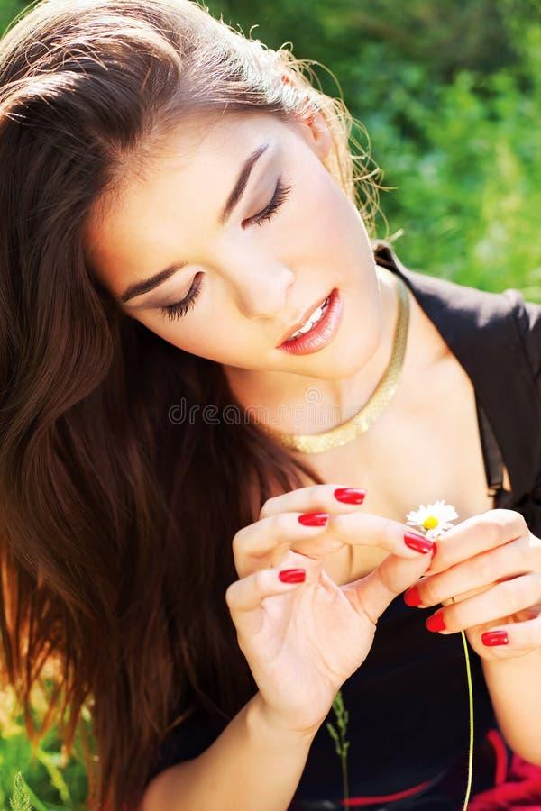 Mulher bonita no dia ensolarado no parque imagem de stock