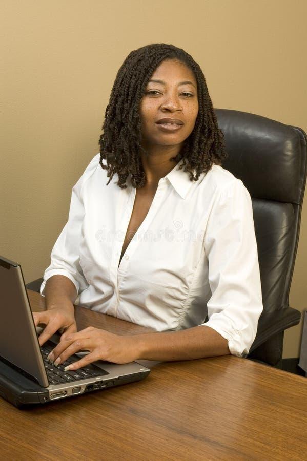 Mulher bonita no escritório fotografia de stock royalty free