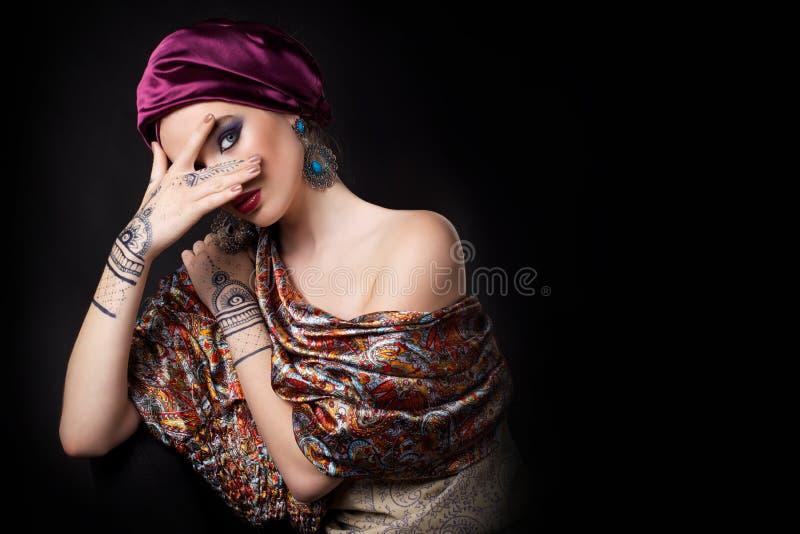 Mulher bonita no estilo oriental com mehendi fotografia de stock