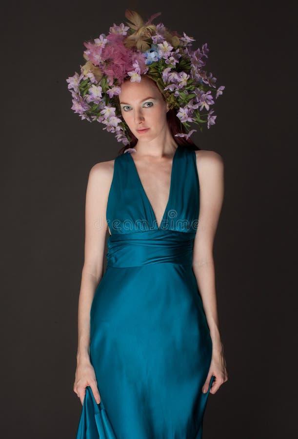 Mulher bonita no Headpiece da flor foto de stock royalty free