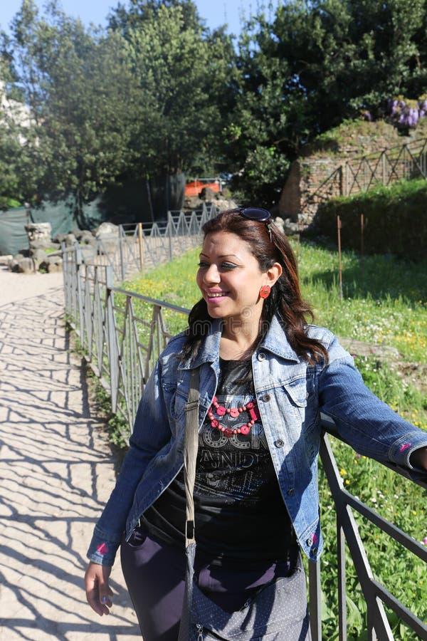 Mulher bonita no jardim europeu imagens de stock royalty free