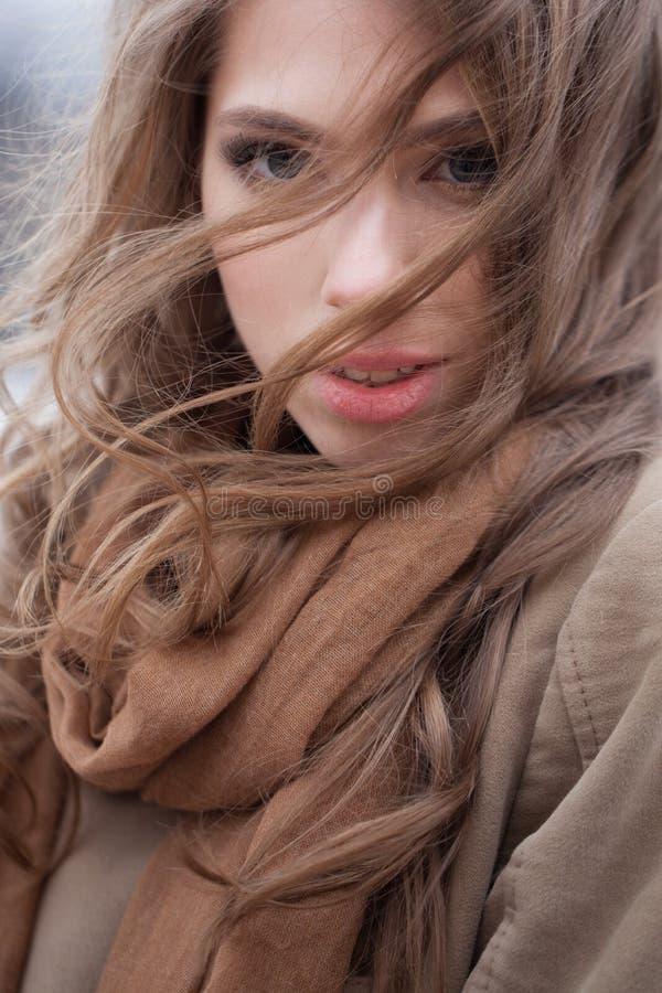 Mulher bonita no lenço marrom do algodão fora imagens de stock