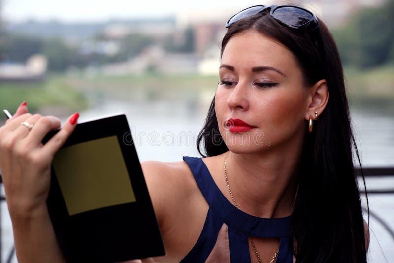 Mulher bonita no livro de leitura do parque foto de stock