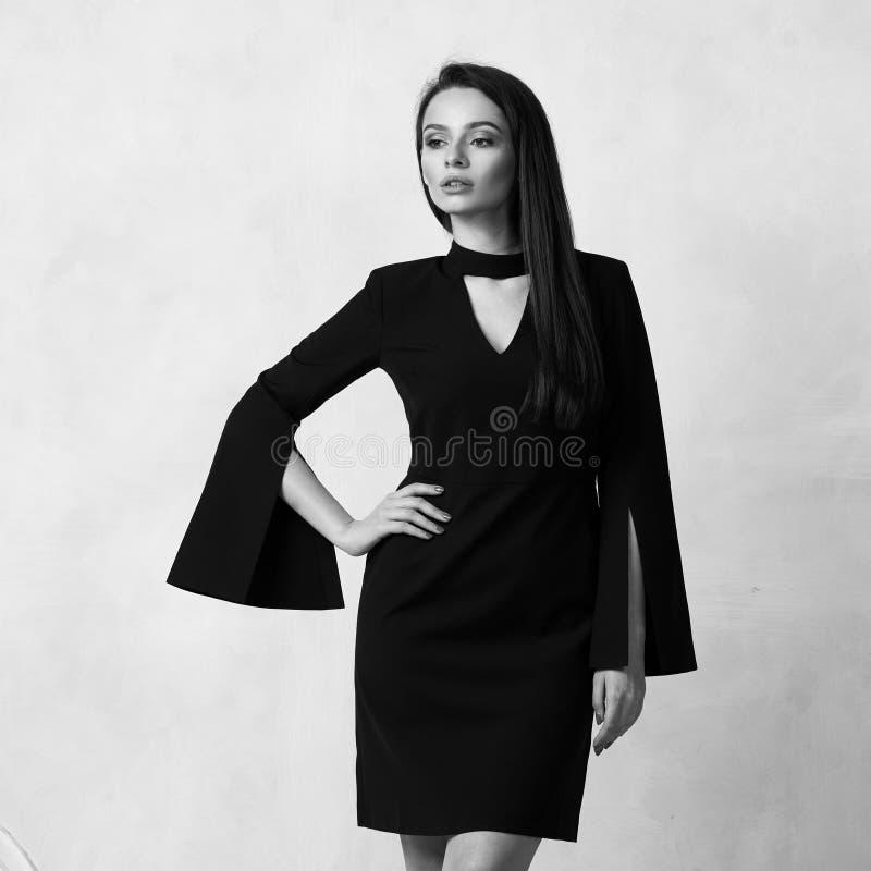 Mulher bonita no mini vestido preto com quatro botões imagens de stock royalty free