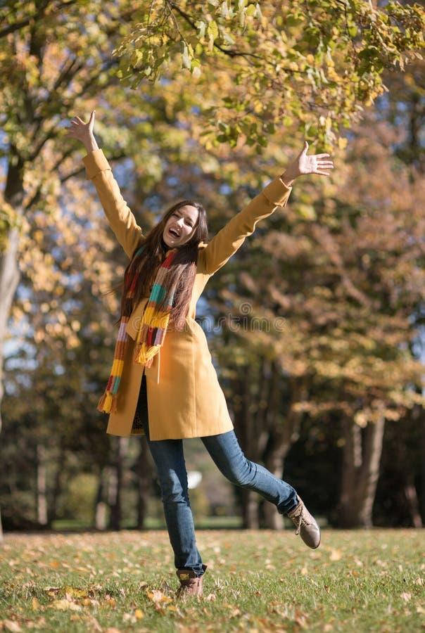 Mulher bonita no parque do outono fotografia de stock royalty free