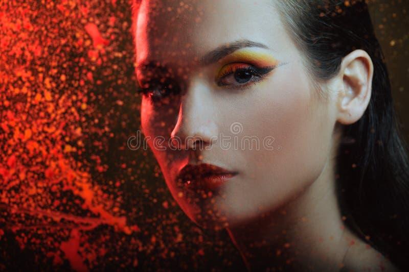 Mulher bonita no pulverizador da cor imagens de stock royalty free